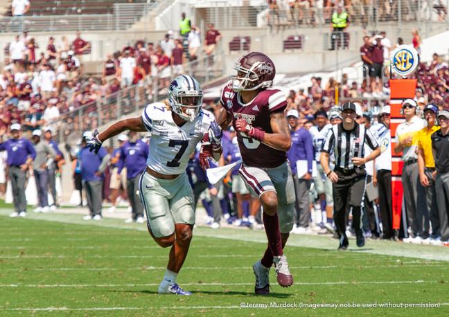 Malik Dear outruns a Kansas State defender.