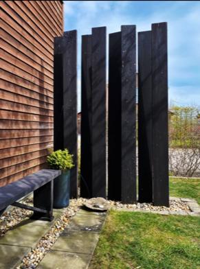 Trädgårdsrum skapat av plankor