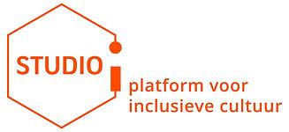 Logo van STUDIO i. Het logo is oranje en bestaat uit een zeshoek met daarin geschreven STUDIO i.