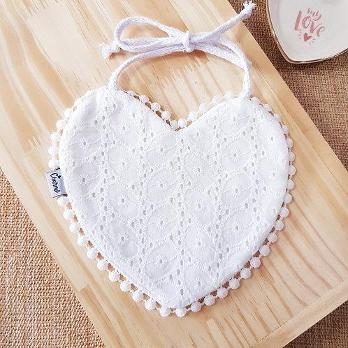 Babador Coração Pompom em Laise Branco