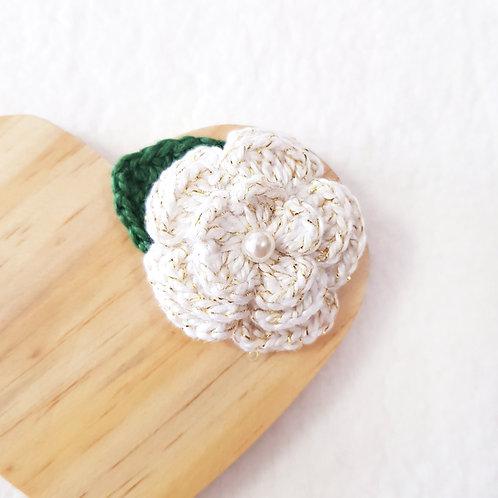 Laço Flor de Crochê Branco Ouro
