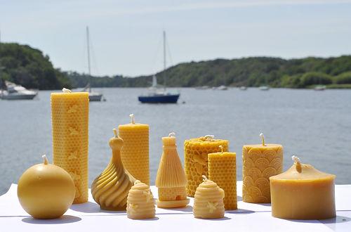 Des bougies à la cire d'abeille à La Maison de l'Abeille dans le Morbihan