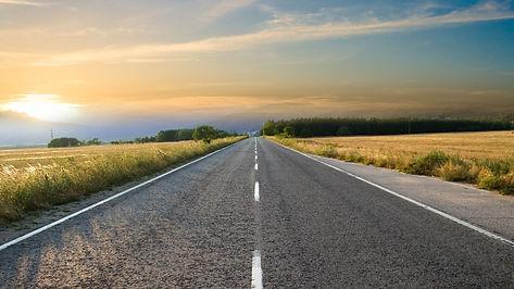 Suora pitkä tie auringonlaskuun.jpg