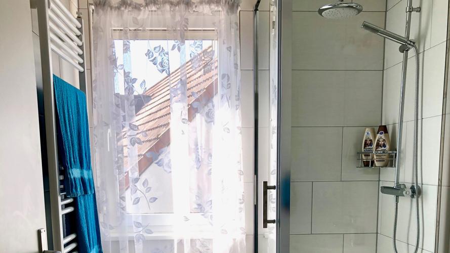 Badezimmer mit Blick auf Schloss im 2. OG
