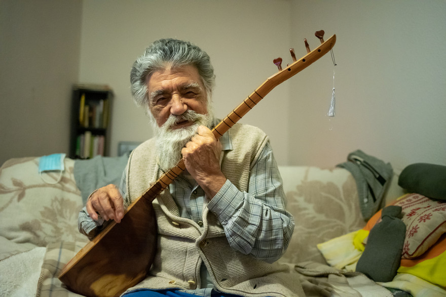 Mahmut Yıldız is an 86-year-old Raa Haq spiritual guide and is one of the survivors of the Dersim Massacre. He is playing saz and singing a requiem he composed.
