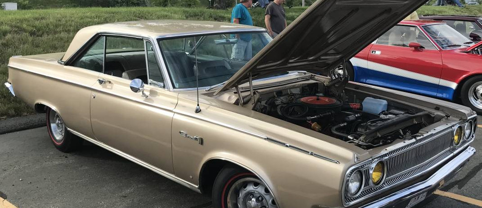 An uncommon sight at a cruise night: this 1965 Dodge Coronet 440.  The redline tires were a ncie touch !