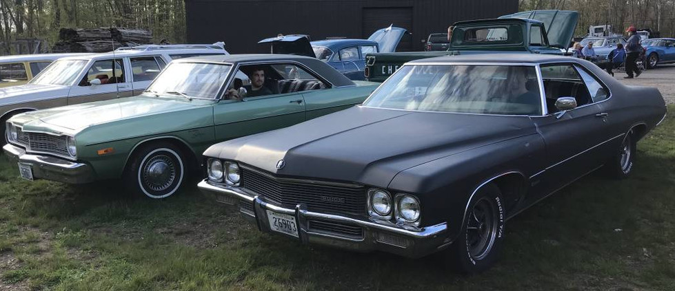 A couple 70s classics..that's a '71 Buick in the foreground and a '74 Dodge Dart Swinger just beyond.