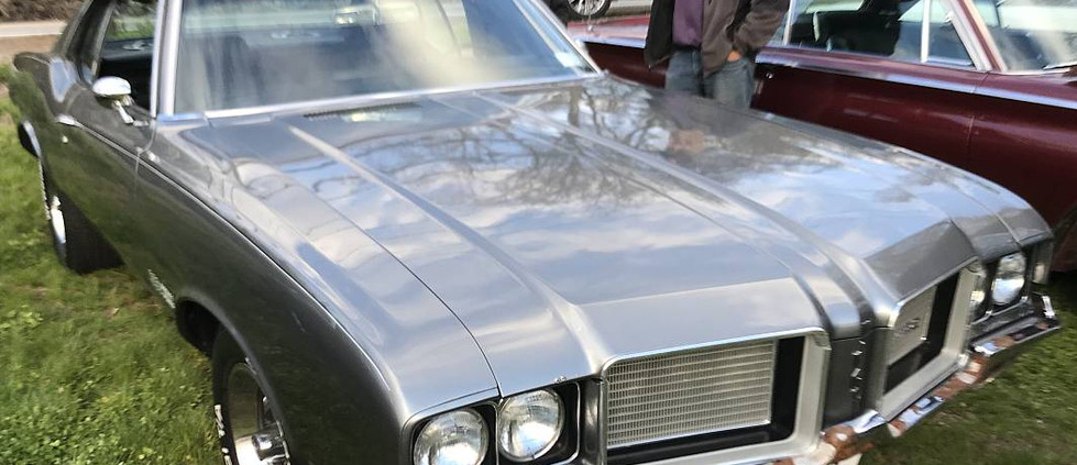 Steve F's new acquisition was on-hand...it's this early 70s Olds Cutlass Supreme. (Yes, it's a 4-4-2 grille, purists !)