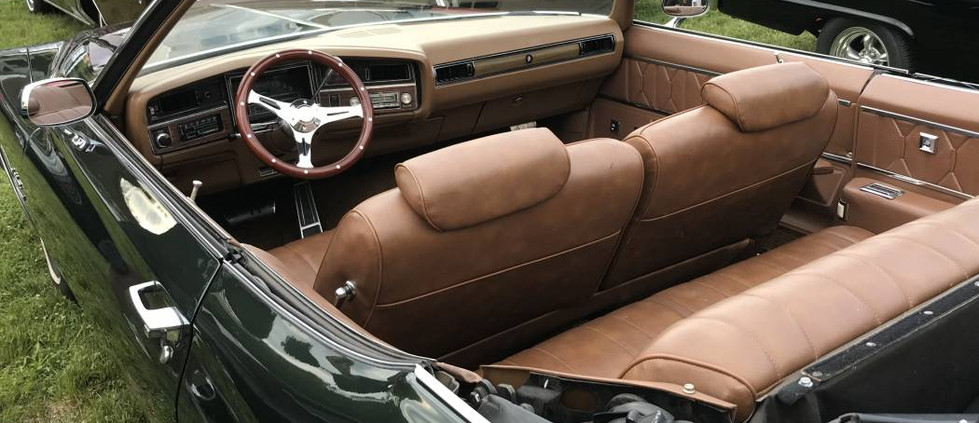 Recently-arrived on the local scene..a 1971 Buick LeSabre convertible.  This peek inside found the interior to be as nice as the exterior.