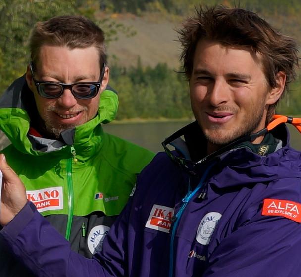 Simen og Lars Martin etter målgangen i Carmacks, Yukon i fjor.