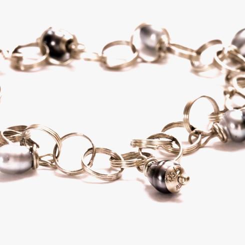 Spiral-link bracelet with pearls