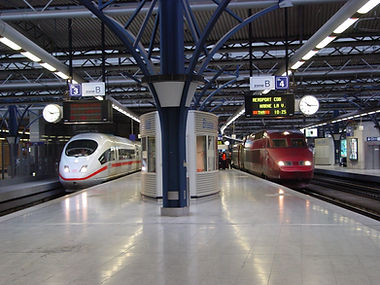 Brussel Zuid Bruxelles Midi Brussels South treinstation op het perron met ICE en Thalys trein