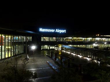 Hannover Airport luchthaven terminal gebouw foto buitenaanzicht nacht