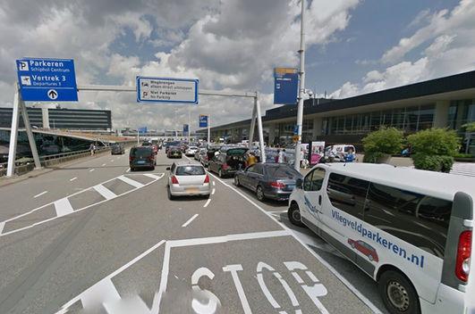 Luchthavenvervoer Amsterdam Schiphol Airport luchthaven terminalgebouw passagiers afzetten vertrek kort parkeren kiss&ride