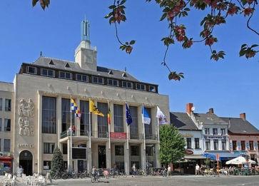 Stadhuis gemeenteplein Grote Markt Turnhout symbool voor de stad waarvoor wij luchthavenvervoer voorzien naar alle luchthavens