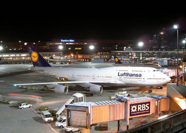 Frankfurt Airport luchthaven Lufthansa Boeing 747 at the gate by night