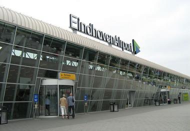 Eindhoven Airport luchthaven vliegbasis terminal gebouw als symbool voor luchthavenvervoer luchthaventransfer