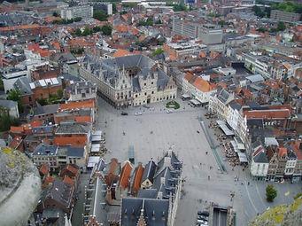Stadhuis Mechelen Grote Markt gemeenteplein symbool voor de stad waarvoor wij luchthavenvervoer voorzien naar alle luchthavens