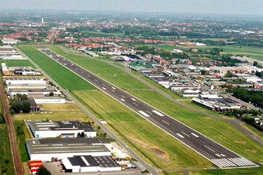 Kortrijk Airport luchthaven landingsbaan met gebouwen vanuit vogelperspectief