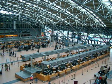 Hamburg Airport luchthaven check-in rijen terminal gebouw foto binnenin het gebouw overdag