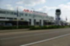 Maastricht Aachen Airport luchthaven terminal gebouw foto vooraanzicht overdag