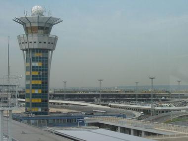 Parijs Orly luchthaven luchtverkeerstoren en terminal gebouw overdag