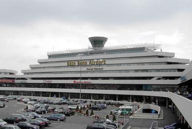 Keulen Köln Bonn Airport luchthaven terminal gebouw foto buitenaanzicht overdag