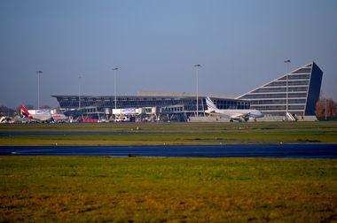 Lille Rijsel Lesquin Airport luchthaven terminal gebouw met vliegtuigen