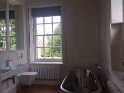 Steel bath with Roman blinds to dress.