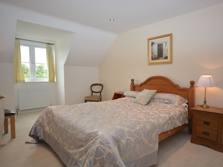 Large double bedroom with En-suite at Th