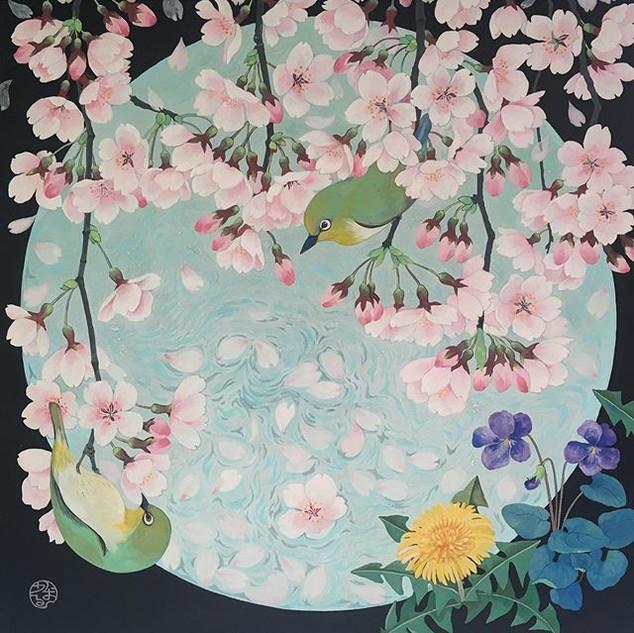 環の中のしだれ桜と目白
