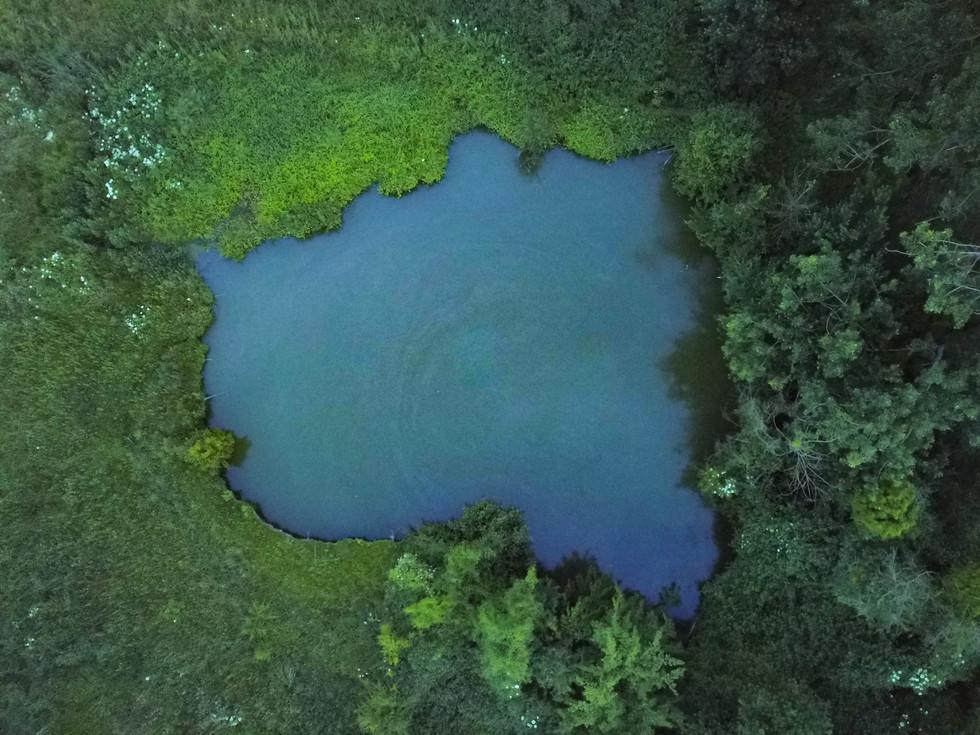 Photo d'un lac prise par drone en Normandie