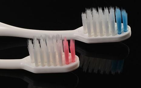 Высококачественная щетина не повреждает эмаль зубов, не царапает зубные реставрации и не травмирует десны. Тонкий рисунок на ручке нанесен при помощи лазера.