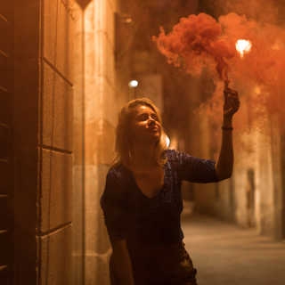 Frau mit rotem Rauch 2.jpg