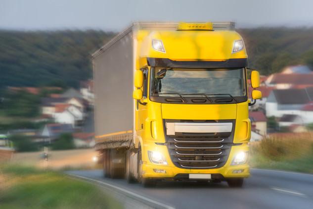 Truck_auf_Landstraße_Speed_Blur.jpg