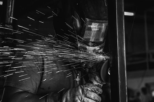 Grinding%20with%20welding%20mask%20one_e