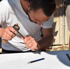 Tailleur de pierre de formation, je découvre le travail du bois en 2009 pendant une formation de six mois chez un ébéniste restaurateur de mobilier ancien suite à mon envie d'apprendre à faire mes propres meubles.