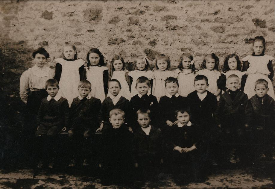 Mrs Mason and Cross Lanes pupils, 1909