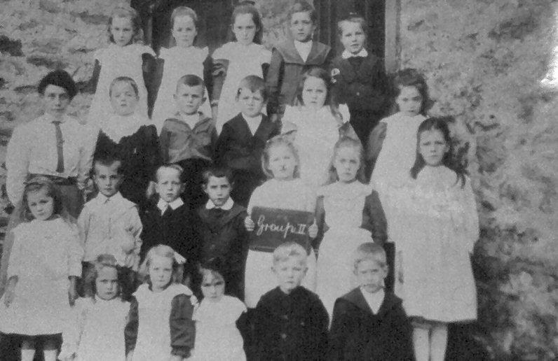 Mrs Mason and Cross Lanes pupils, 1908-9