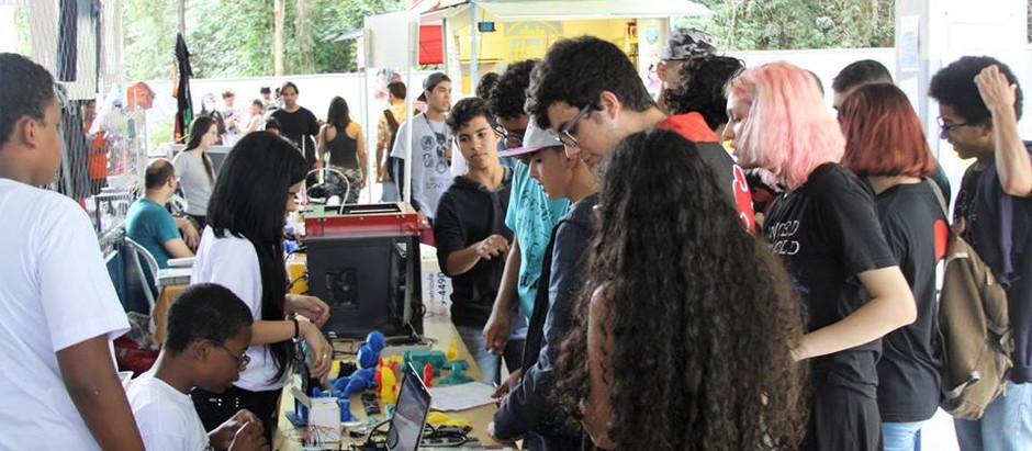 Batalha de robôs reúne jovens apaixonados por tecnologia