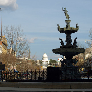 Court_Square_fountain.jpg