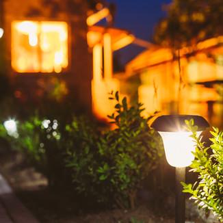 屋外の足元を照らすLEDアプローチ灯