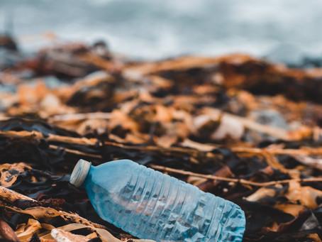 Tonnellate di rifiuti di plastica hanno invaso il fiume Drina in Bosnia