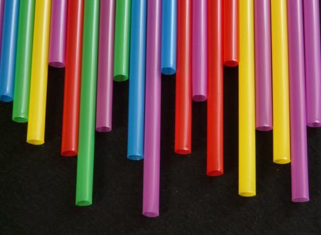 Plastica monouso: l'Italia potrebbe essere il primo paese europeo a vietare bicchieri e palloncini
