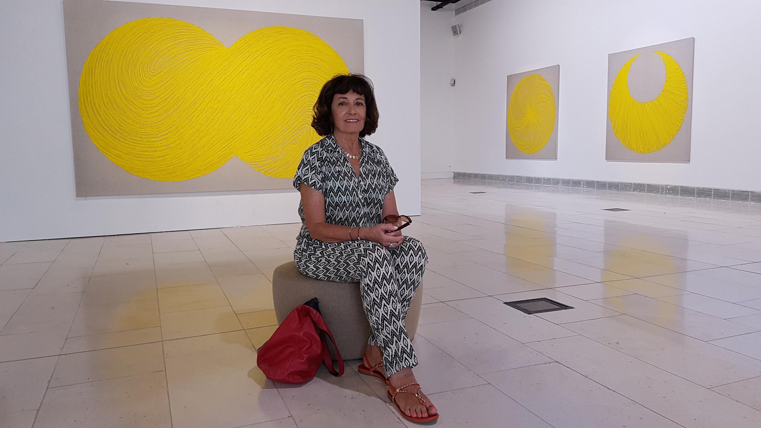 Najia Mehadji dans une salle du musée