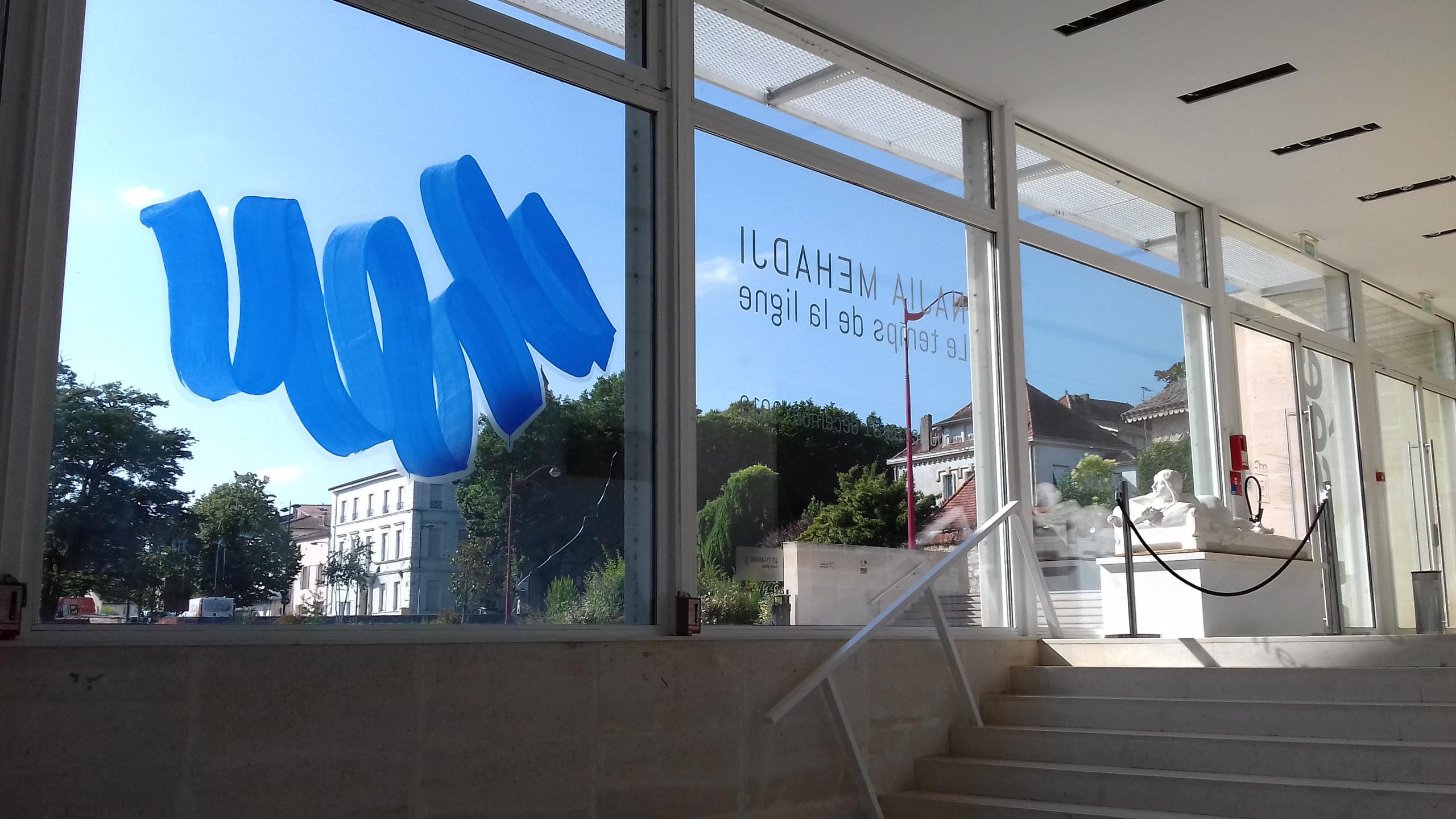 Blue Wave sur la vitre du musée