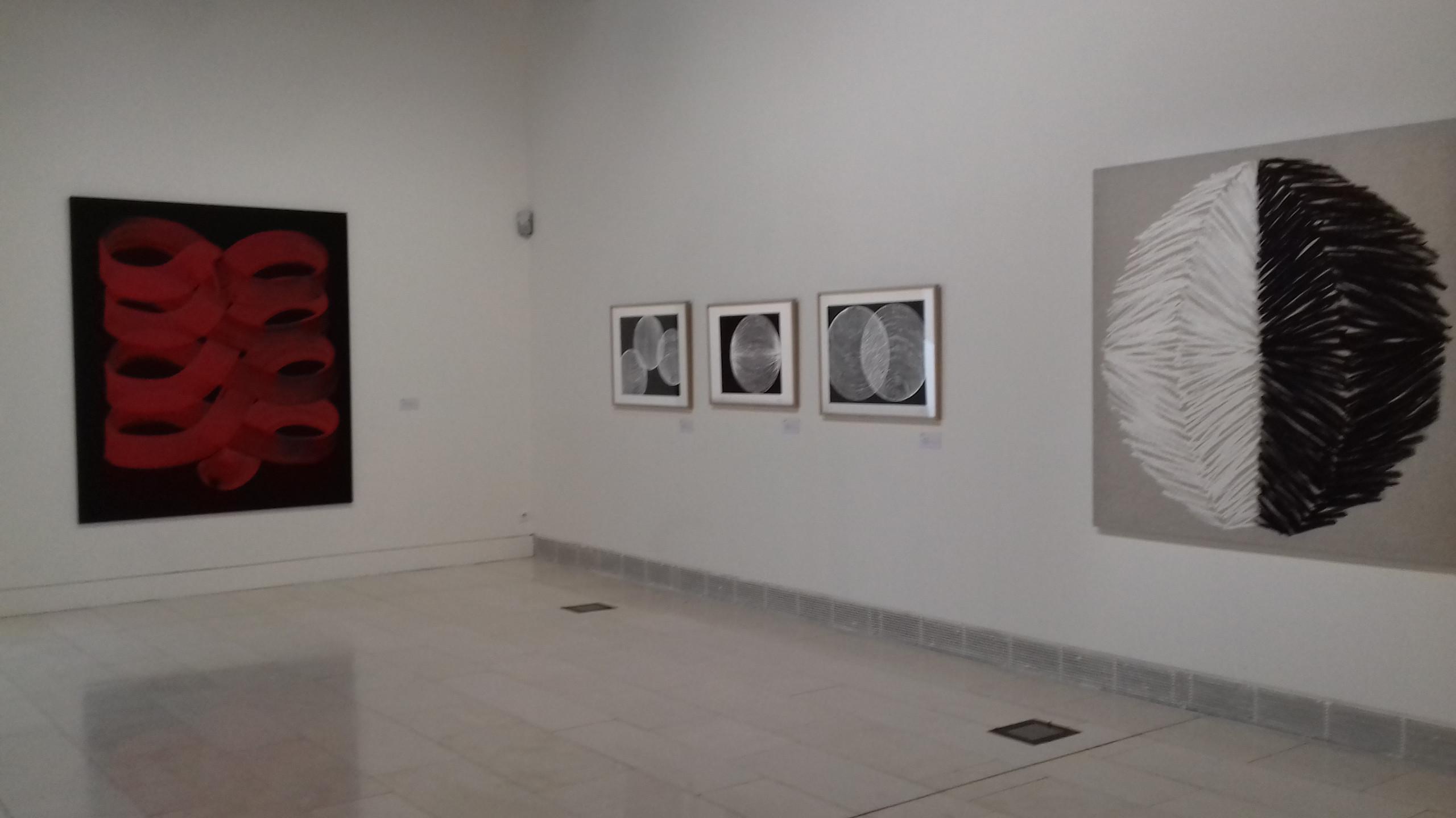 Peinture Enroulement (2013), linogravures Sphères (1996) et peinture Gradient (1996)