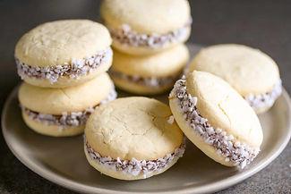 alfajores-dulce-de-leche-sandwhich-cooki