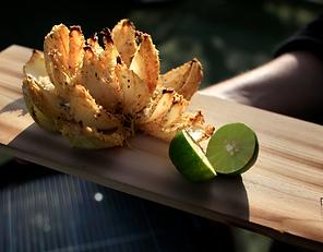 Flor de cebolla en tabla de cedro Weber
