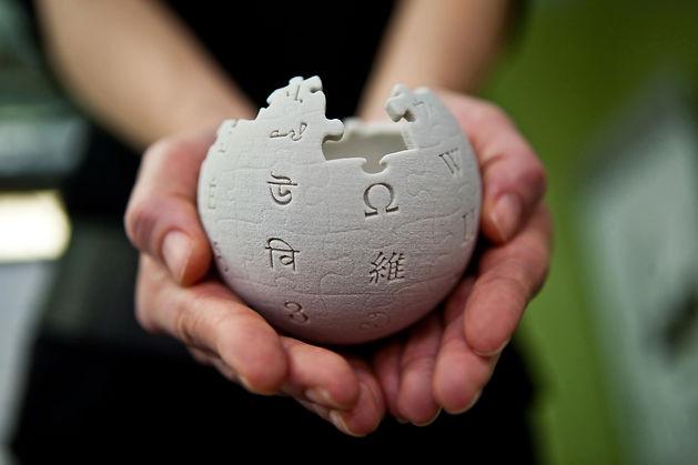 Wikipedia_mini_globe_handheld.jpg